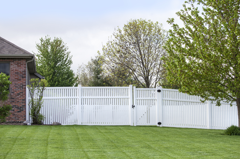 white-vinyl-backyard-fence